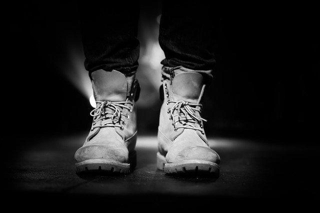 mężczyzna w butach